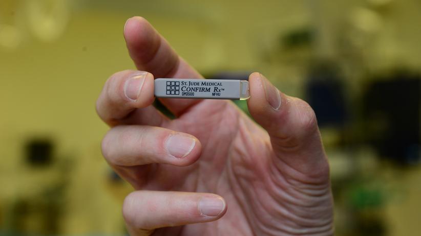 Deutschlandpremiere: So klein, so smart: Dieser Überwachungsstick wird unter der Haut getragen. Er sendet regelmäßig Daten über das Handy des Patienten zum prüfenden Kardiologen.