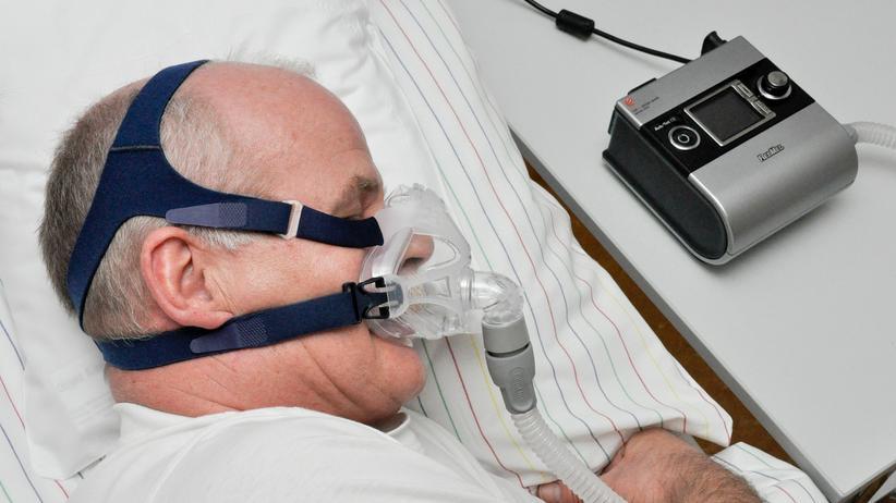 Schlafapnoe: Therapie über Nacht: Die adaptive Servoventilation (ASV) kann über eine spezielle Software den Grad der Atmungseinschränkung ermitteln und darauf mit der entsprechenden Luftdosierung reagieren.