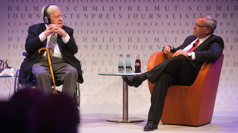 """Kurz und knapp: Auf Kurt Kisters Frage im Jahr 2013, was die Kanzlerin jetzt tun solle, nachdem sie offenbar abgehört worden sei von den Freunden, antwortete Helmut Schmidt wie so oft pragmatisch: """"Sie sollte gelassen bleiben."""""""