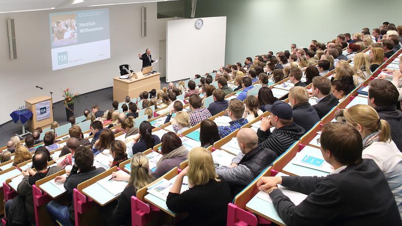 Fünf Antworten zum Thema Weiterbildung: Gut für die Karriere: Berufsbegleitend studieren an der FOM Hochschule