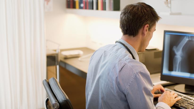 Bürokratie: Schätzungen zufolge wollen sich bis zu 90 Prozent der angestellten Ärzte nicht niederlassen, weil ihnen die Belastung durch die Bürokratie zu hoch ist.