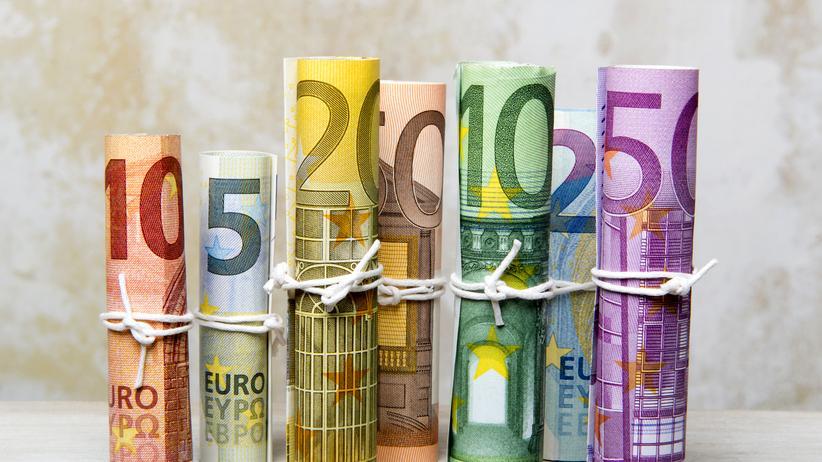 Grundeinkommen: Wer das Geld bekommt, durchläuft meist die gleichen drei Phasen, schreibt unser Autor. Egal, ob jemand verbeamtet oder obdachlos, Student oder Rentnerin ist.