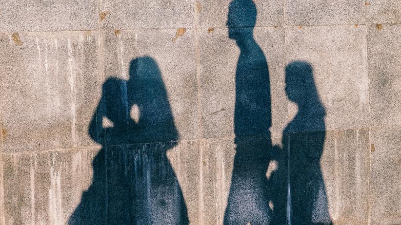 Väter: Die meisten Väter überlassen es in erster Linie den Müttern, sich um die Kinder zu kümmern - nur jeder Dritte von ihnen geht in Elternzeit.