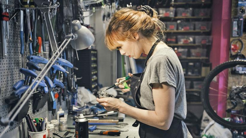 Industriemechanikerin: Dieses Bild zeigt nicht die Autorin. Diese arbeitet inzwischen nicht mehr als Industriemechanikerin, weil sie den Sexismus in der Werkstatt leid war.