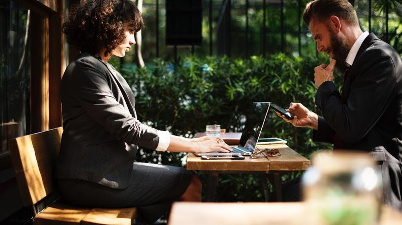 Introvertierte: Die Extrovertierten hören vor allem sich selbst reden, die Introvertierten nehmen auch die Stimmung im Raum wahr