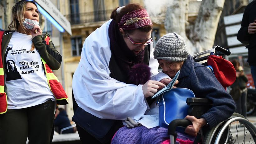 Proteste in Frankreich: Im Rollstuhl auf die Demo