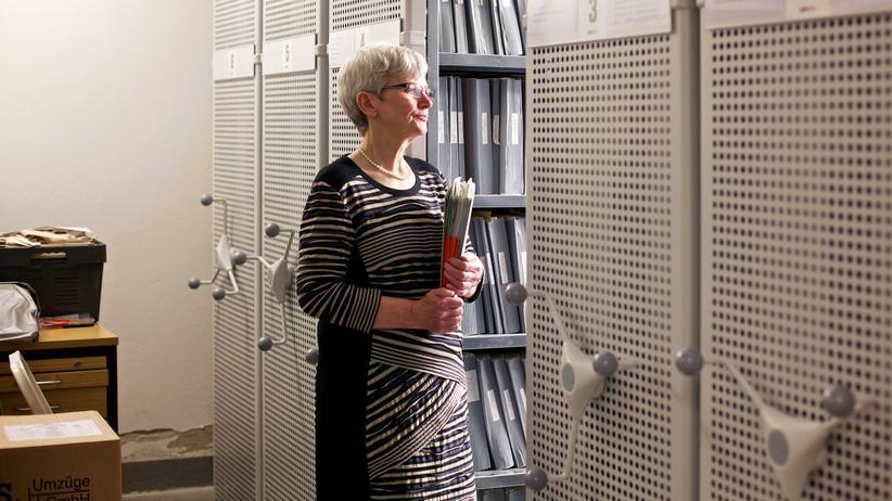 Rente: Hannelore Kix vor Aktenschränken.