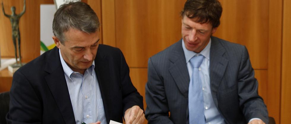Zwei Menschen unterzeichnen einen Vertrag