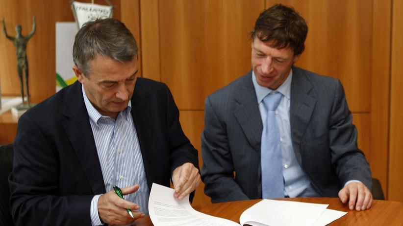 Befristeter Arbeitsvertrag läuft aus: Zwei Menschen unterzeichnen einen Vertrag. Befristete Beschäftigungsverhältnisse nehmen zu.