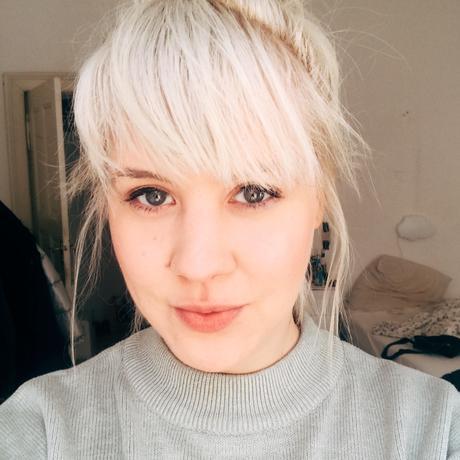"""Kathrin Weßling ist Poetry-Slammerin, freie Journalistin, Social-Media-Beraterin und Schriftstellerin. 2010 gründete sie den Blog """"Drüberleben"""", in dem sie über ihren Alltag mit Depressionen berichtet."""