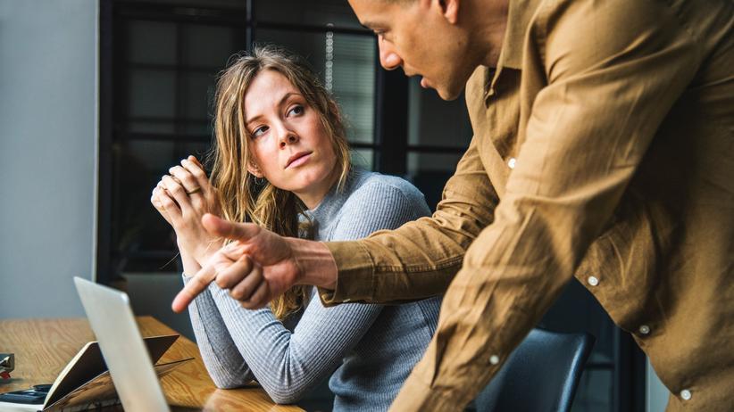 Lohntransparenz: Wenn Frauen in Gehaltsgesprächen zurückhaltender sind als Männer, dann nicht nur, weil sie weniger konfliktbereit sind. Studien zeigen, dass sie sich durch hartes Verhandeln unbeliebter bei den Vorgesetzten machen als männliche Kollegen.