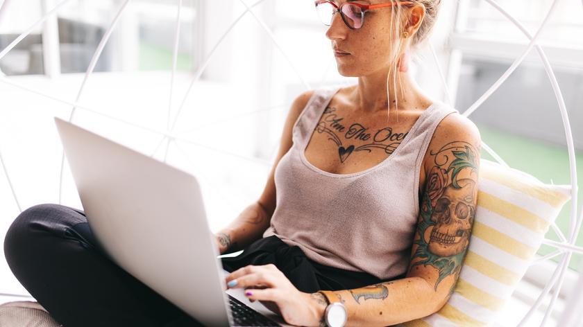Arbeitsrecht: Wer am Laptop vom Arbeitgeber bekommt, ist beim Arbeiten nicht mehr an den Bürotisch gekettet. Hat aber oft auch mehr Stress und macht zu selten Pause.
