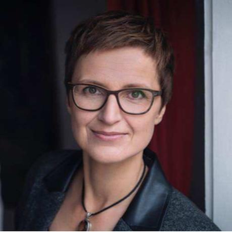 Bedingungsloses Grundeinkommen: Claudia Cornelsen, geboren 1966, hat Kunstgeschichte, Germanistik, Philosophie studiert und arbeitet seit 25 Jahren als Beraterin und Autorin. Sie initiiert derzeit einen wissenschaftlichen Thinktank zum Thema bedingungsloses Grundeinkommen.
