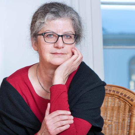Care work: Ina Praetorius, born in 1956, is a theologian and ethicist. For many years, it has been calling for a new social approach: Any work that benefits society needs to be recognized, whether paid or not. In 2015, she founded the association Wirtschaft ist Care in Switzerland.