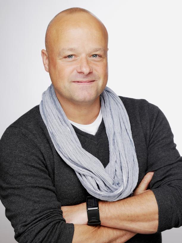 """Axel Mengewein: Axel Mengwein ist studierter Wirtschaftsinformatiker, ZDF-Redakteur und betreibt eine Internet- und Künstleragentur. Er hat verschiedene Teilzeitmodelle getestet: die Vier-Tage-Woche, 50 Prozent, Bildungsurlaub oder drei Wochen arbeiten, eine frei. Sein Buch """"Halbe Arbeit, ganzes Leben"""" erschien im Ariston Verlag."""