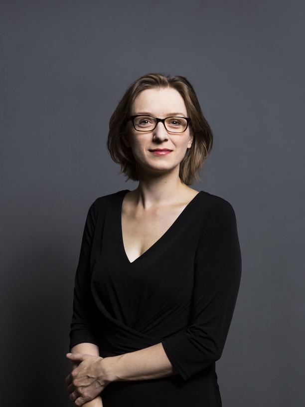 """Lisa Herzog: Lisa Herzog, 1983 geboren, ist  Professorin für Politische Philosophie und Theorie an der Hochschule für Politik an der Technischen Universität München. Ihr Buch """"Die Rettung der Arbeit. Ein politischer Aufruf"""" ist im Hanser-Verlag erschienen."""