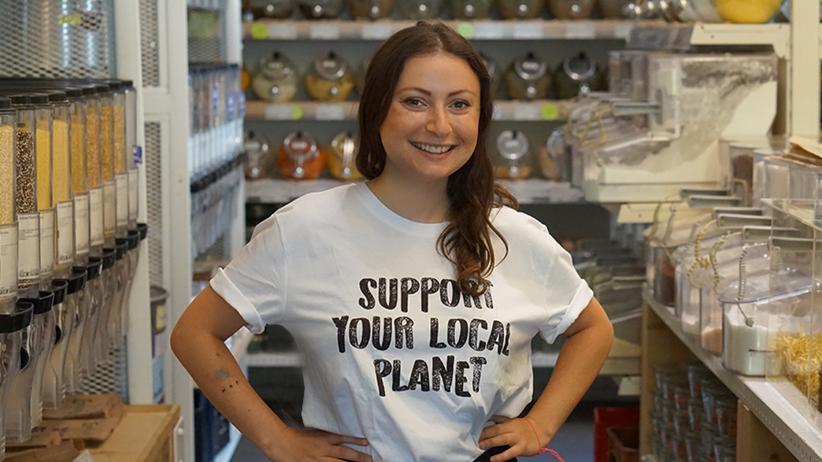 Milena Glimbovski hat einen Supermarkt ohne Einwegverpackungen gegründet. Ihr liebster Arbeitsplatz ist aber nicht im Laden, sondern zu Hause auf dem Sofa.