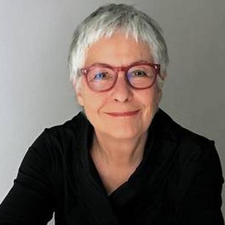 Erica Fischer wurde 1943 in St. Albans bei London geboren, wohin die Eltern aus Österreich emigriert waren. Später kehrte ihre Mutter mit ihr nach Wien zurück, wo sie am Dolmetscherinstitut studierte. Fischer arbeitet als freie Journalistin, Autorin und Übersetzerin. Seit 1988 lebt sie in Deutschland, seit 1994 in Berlin.
