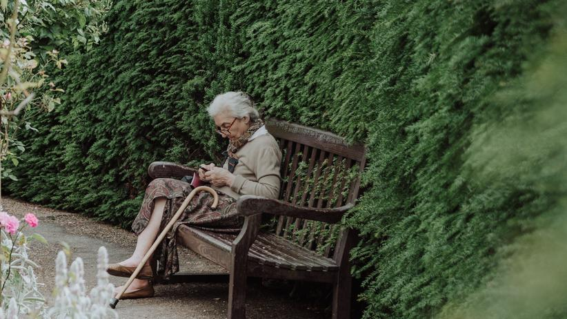 Kein Ruhestand: In Großstädten gibt es mehr Ärzte, Parks und Freizeitmöglichkeiten, Freunde von früher wohnen dort. Deswegen wollen viele Rentnerinnen nicht in einen günstigeren Wohnort ziehen – auch wenn sie sich die Großstadtmieten kaum leisten können. (Symbolbild)