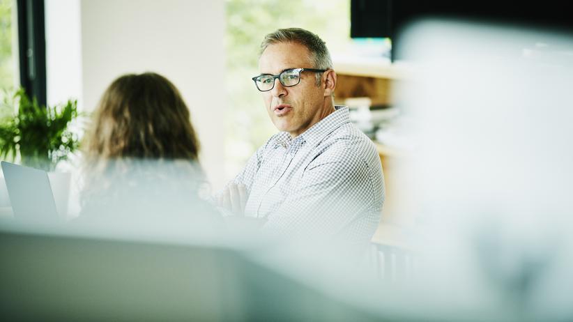 """Mitarbeitergespräche: Chefs lieben Klarheit und Struktur: Statt mit Small Talk fangen Sie ihr Gespräch lieber mit """"Es gibt drei Gründe, warum ich heute hier bin"""" an."""