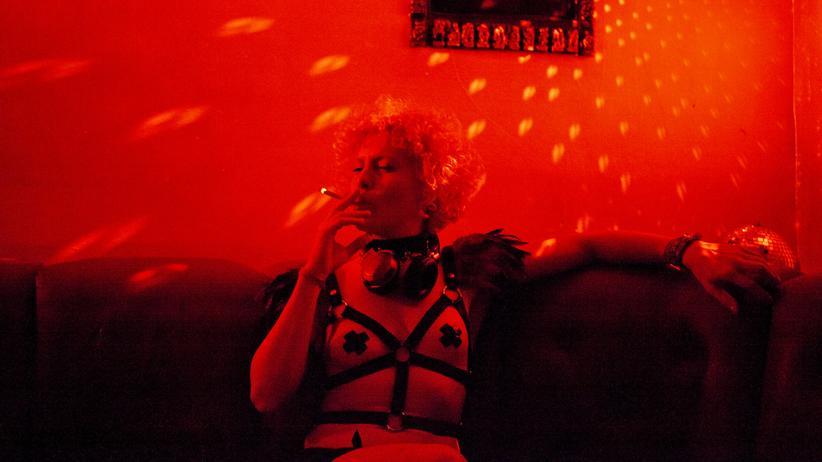 Anne-Kathrin Oelmann: Im Fetischclub Kitkat trägt die ehemalige Investmentbankerin ein Korsett aus schwarzen Riemen.