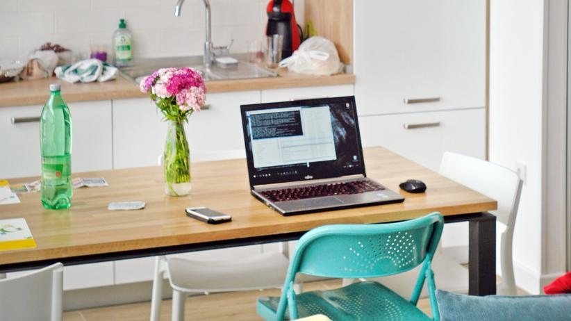 Arbeitsschutz: Zuhause mit dem Labtop in der Küche arbeiten: das birgt auch Risiken, warnt die Arbeitsorganisation ILO.