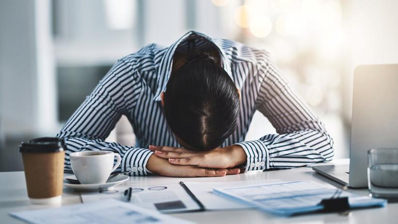 Beziehungsprobleme: Wenn der Familiensegen schief hängt, fühlt sich auch die Arbeit oft an wie eine permanente Überforderung.