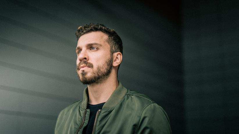 """Edin Hasanović: """"Ich muss meine Art zu arbeiten ändern, sonst macht das mich kaputt"""", sagt der Schauspieler Edin Hasanović im Podcast."""