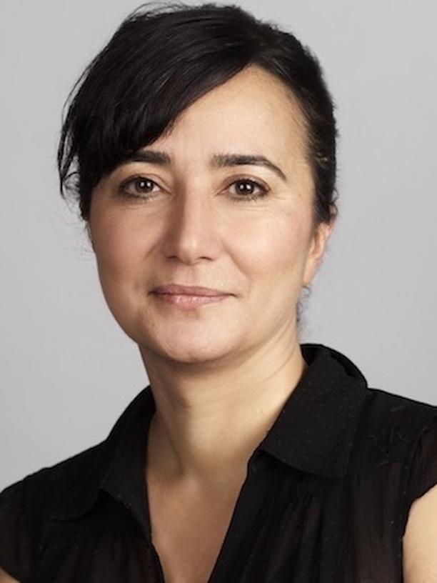 Rassismus am Arbeitsplatz: Nursemin Sönmez arbeitet als Beraterin, Prozessbegleiterin und Trainerin für systemische Organisationsentwicklung, Diversity, Anti-Diskriminierung, Anti-Rassismus und Empowerment. Außerdem sitzt sie im Vorstand der Organisation Eine Welt der Vielfalt. Sie hat Politikwissenschaften in Bielefeld und Tübingen studiert.