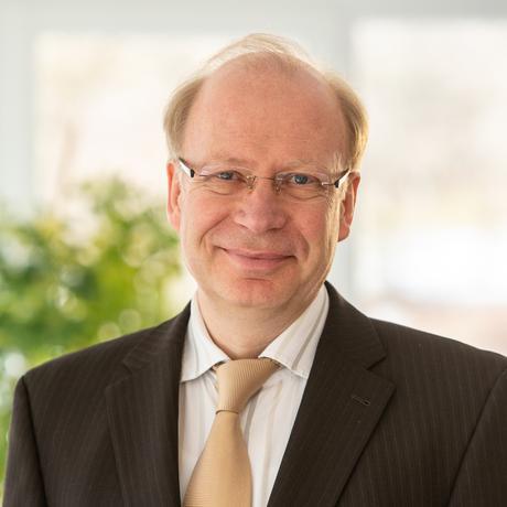 Traumatisierte Lokführer: Volker Reinken, Jahrgang 1964, ist Facharzt für Psychiatrie und Psychotherapie. Er ist ärztlicher Direktor und Chefarzt der Vincera Privatklinik für Psychosomatik und Psychotherapie in Bad Waldsee. Seine Schwerpunkte sind unter anderem Depressionen und Traumatherapie.