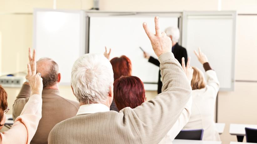 Volkshochschulen: Viele Erwachsene lassen sich an einer Volkshochschule weiterbilden. Doch die Dozenten dort erhalten nicht viel Gehalt.