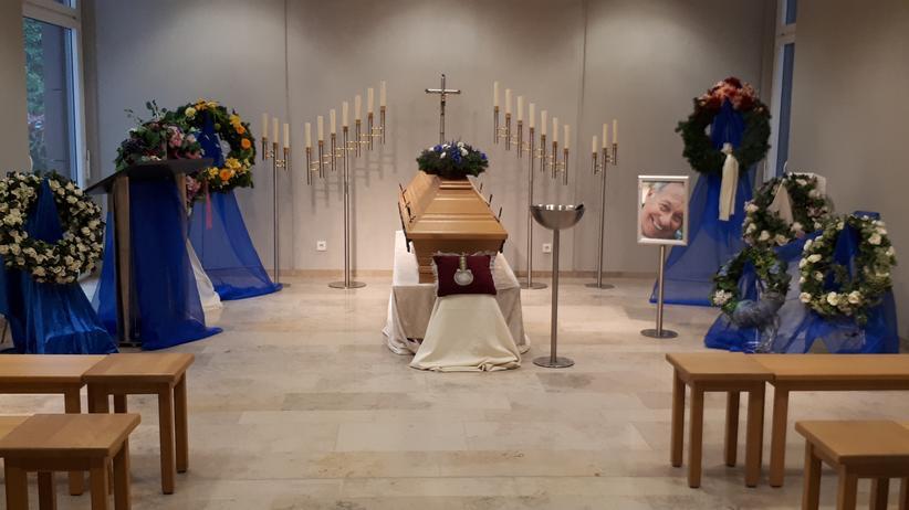 Bestatter: So kann die Trauerfeier am Ende aussehen. Der Sarg ist jedoch leer – es handelt sich bloß um eine Übung in der Theo-Remmertz-Akademie.