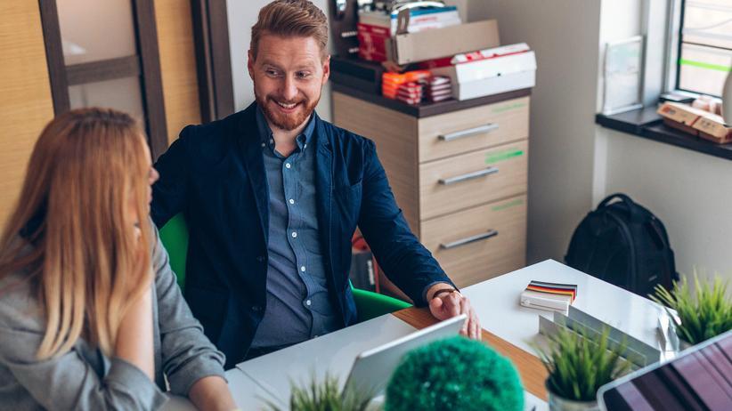 Liebe am Arbeitsplatz: Mit kaum jemanden verbringt man so viel Zeit wie mit seinen Kollegen. Und wenn es funkt? Darf die Firma es verbieten?