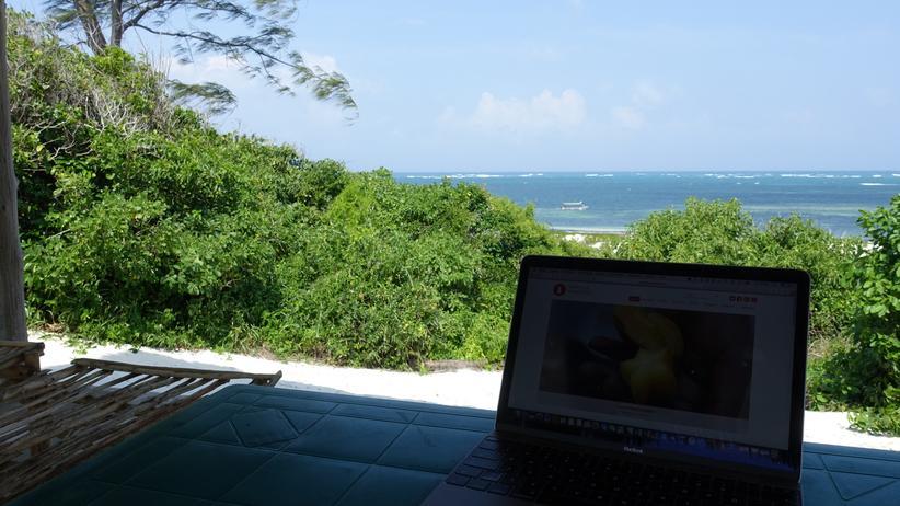 Digitale Nomaden: Blick auf das Meer: Birte Schmidts Arbeitsplatz in Kenia.