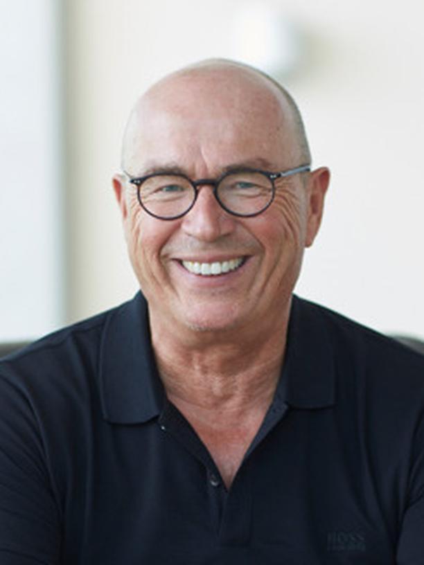 Christian Dogs ist Facharzt für Psychiatrie und Psychotherapie. Er war 20 Jahre lang Leiter der Panorama-Fachklinik in Scheidegg (Allgäu) und hat 150 Top-Manager behandelt und beraten.