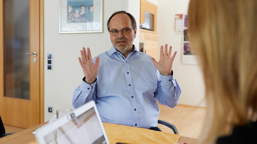 Arbeitszeiterfassung: Hermann Hegemann, 63, hat mehr als 40 Jahre für eine Sparkasse im Ruhrgebiet gearbeitet, lange als Personalratsvorsitzender. Mittlerweile ist er in Altersteilzeit. Außerdem ist er noch aktives Gewerkschaftsmitglied und ehrenamtlicher Arbeitsrichter.