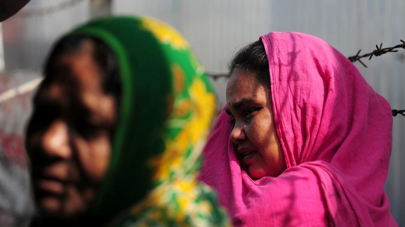Rana-Plaza-Unglück: 2013 starben viele ihrer Kolleginnen und Kollegen, als das Gebäude über ihnen einfach einstürzte: Diese Frauen hofften damals auf Überlebende.