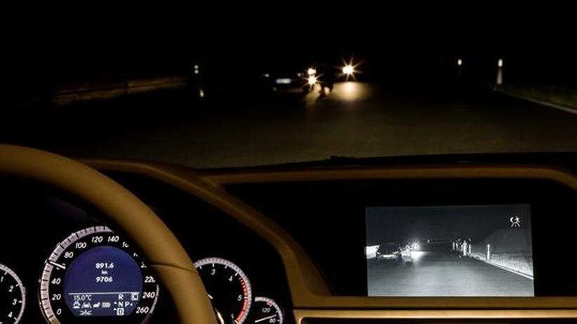 Eine dunkle Straße auf einem Nachtsicht-Monitor