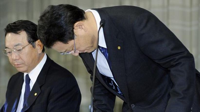 Rückrufaktion: Begleitet von seinem Vize entschuldigt sich Toyota-Chef Akio Toyoda (r) am Dienstag für die erneute Rückrufaktion von Hunderttausenden Autos