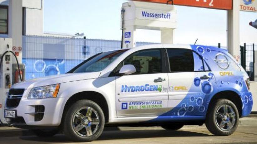 Der Opel Hydrogen 4 an einer Tankstelle