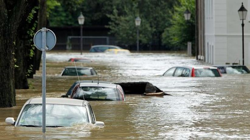 Die um mehrere Meter angeschwollene Neiße hat in Görlitz Autos unter Wasser gesetzt