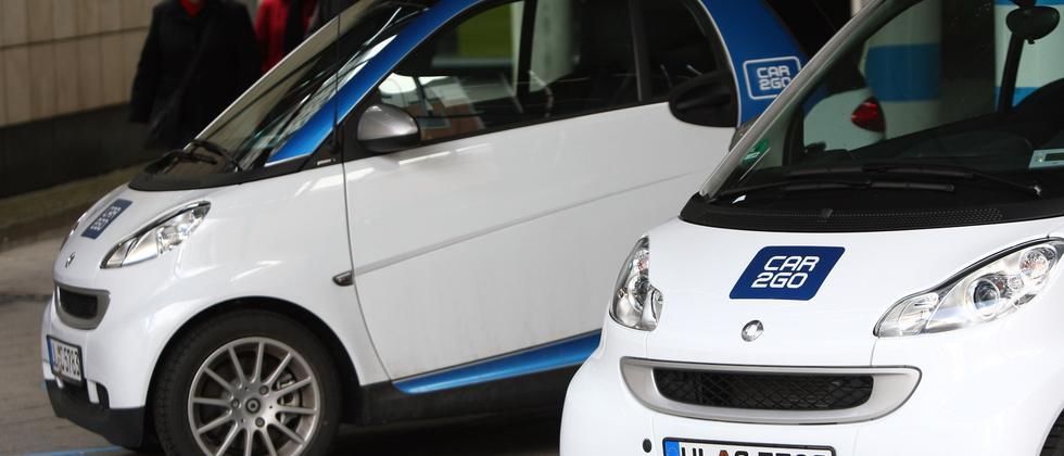 Zwei Smart von Car2go stehen in Ulm auf ausgewiesenen Parkflächen des Leihanbieters