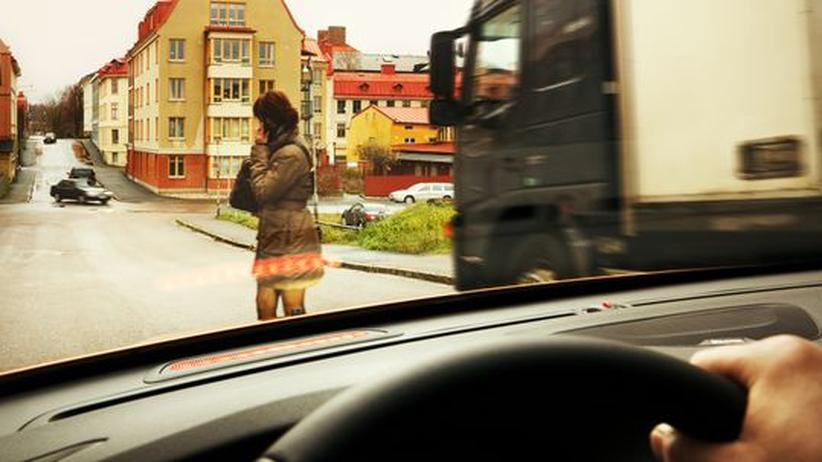 Ein Notbremsassistent soll Fußgänger, die plötzlich vor dem Auto auftauchen, erkennen und eine Vollbremsung durchführen