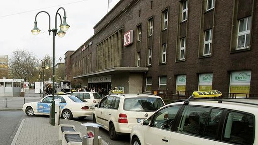 Taxis vor dem Düsseldorfer Hauptbahnhof