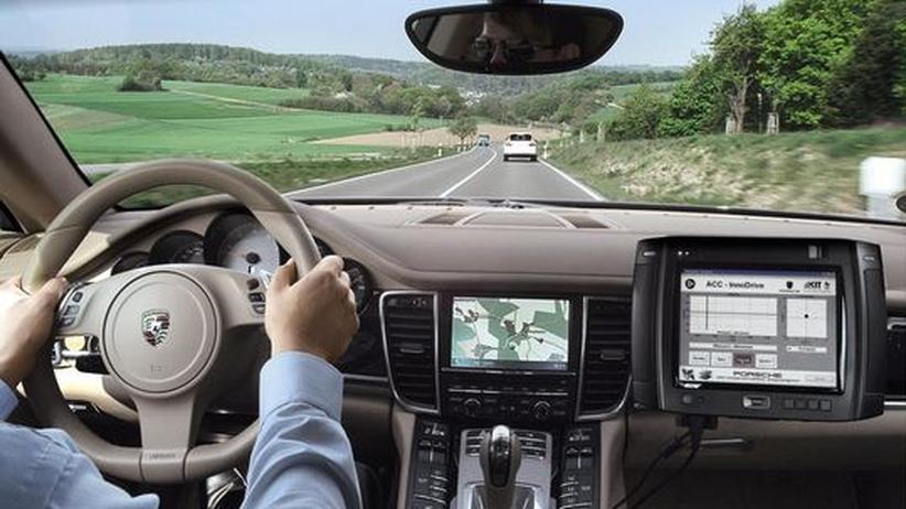 Ein bei Porsche entwickeltes Assistenzsystem berechnet aus Streckendaten die jeweils optimale Geschwindigkeit – der Fahrer muss nur noch lenken.