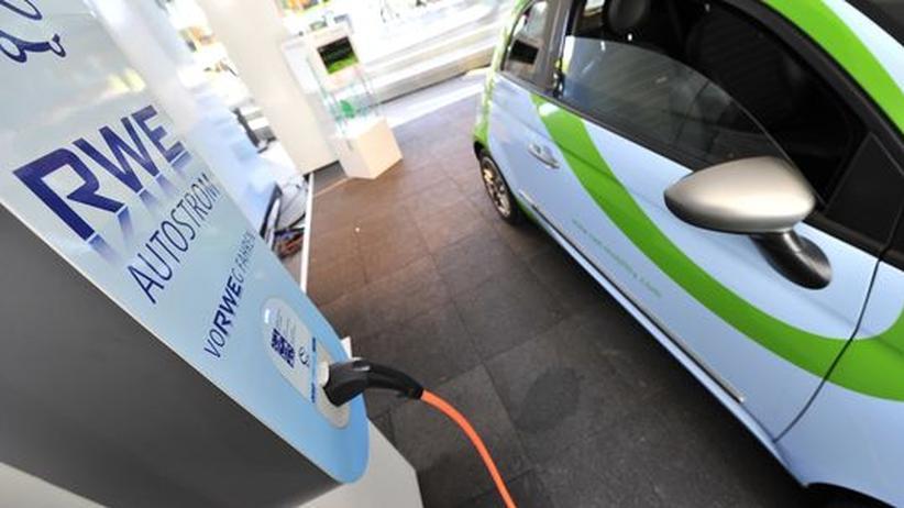 Ein Elektroauto ist mit einer Ladestation verbunden.