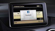 Facebook auf dem Touchscreen in einer S-Klasse von Mercedes