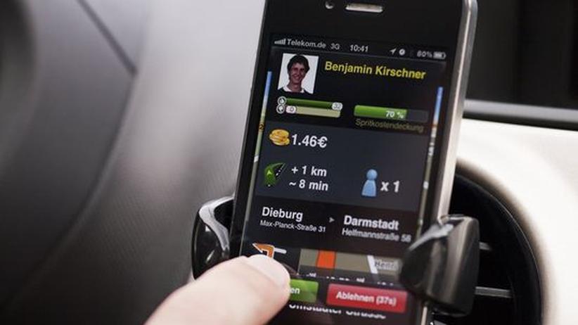 Eine Anfrage zu einer Mitfahrgelegenheit auf einem Smartphone
