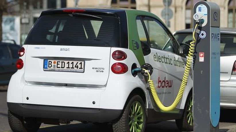 Noch ein ungewohntes Bild: Ein Elektroauto lädt an einer öffentlichen Ladestation.