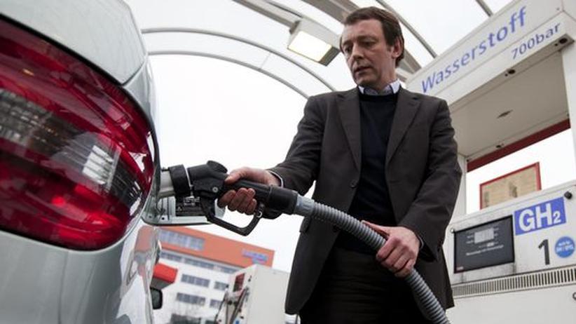 Ein Mitarbeiter von Vattenfall betankt ein Brennstoffzellenauto mit Wasserstoff.